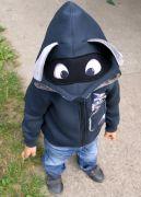 Капюшон с носиком, глазками, ушками и характерной для енотика маски вокруг глазок.