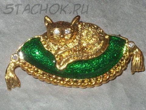 """Брошь """"Кошка на подушке"""" зеленая под золото, камушки сваровски и ювелирная эмаль"""