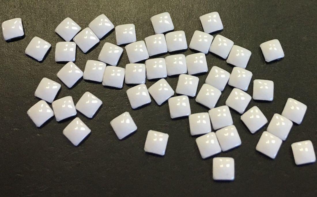 Квадрат пластиковый для дизайна 2мм*2мм (белый) 50шт