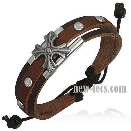 Кожаный браслет со стальным декором