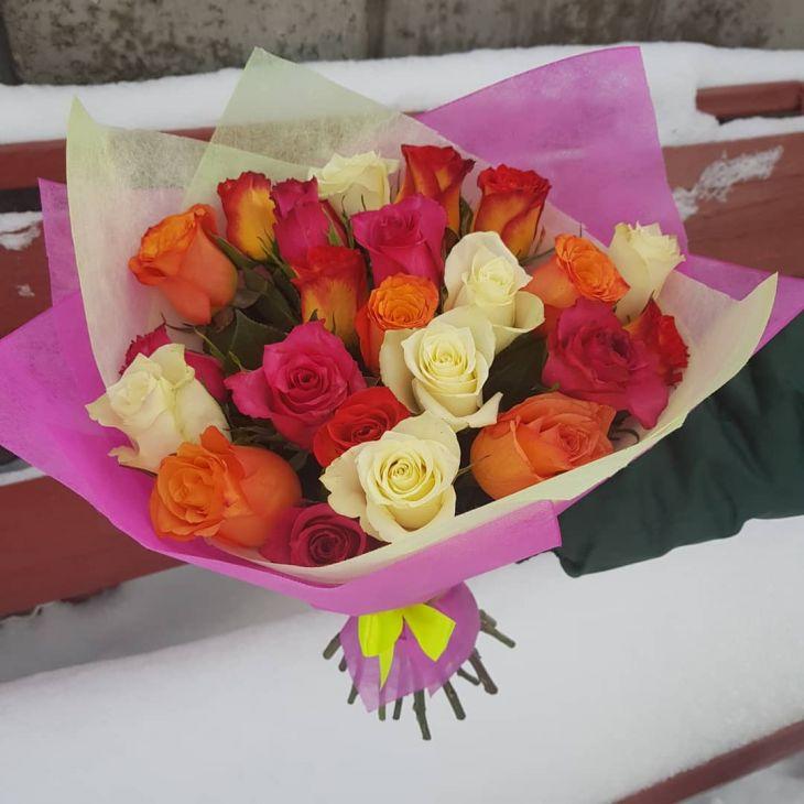 23 разноцветные розы