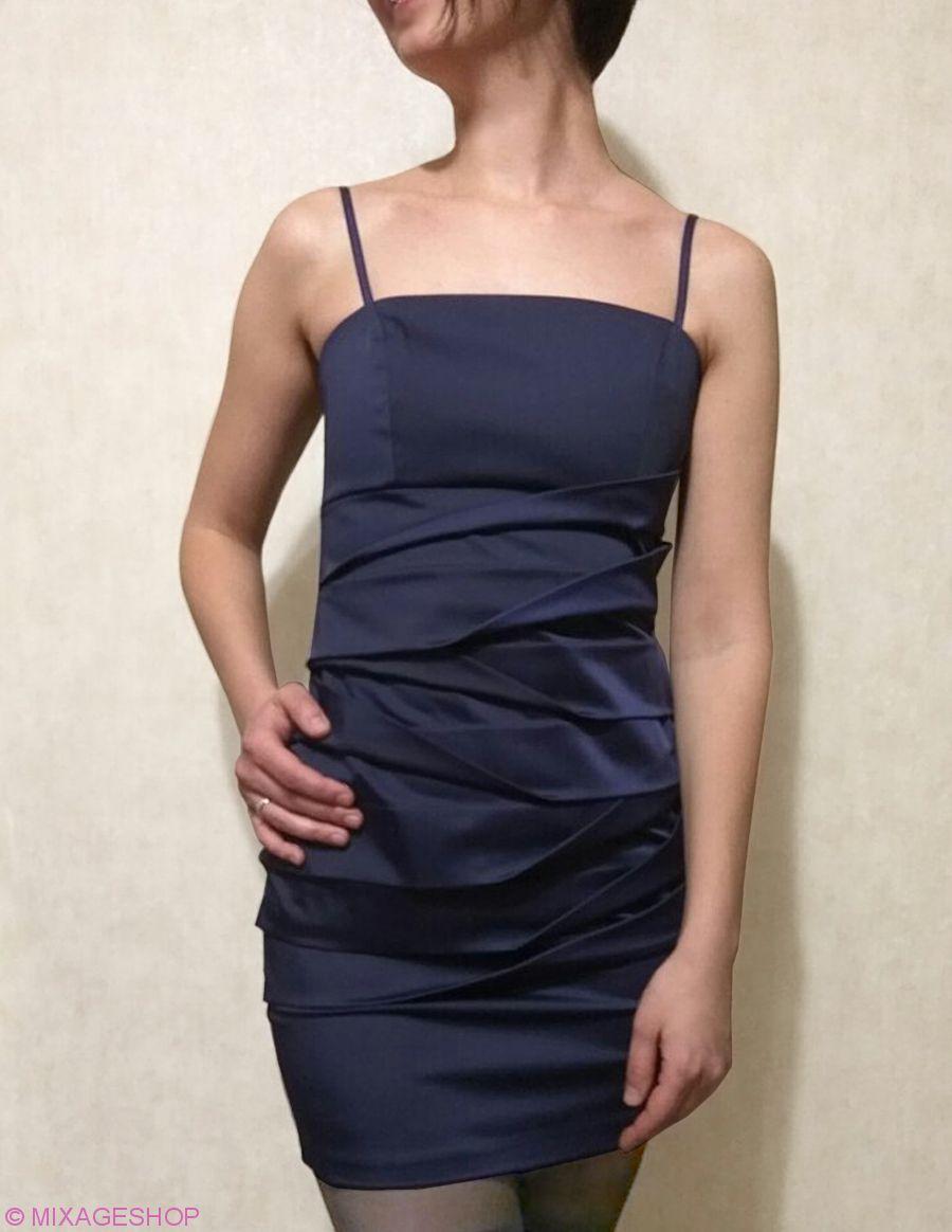 Короткое коктейльное платье с длинными бусами в тон платья