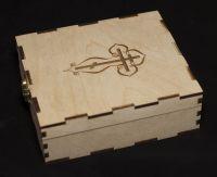 коробка с замком из дерева