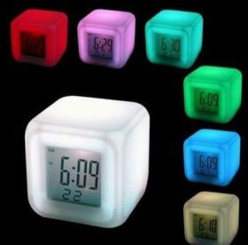 Часы-будильник-термометр КУБ меняет 7 цветов