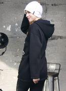 Фасон свитшота оверсайз – свободный, с заниженными линиями плеч и удлиненными рукавами.