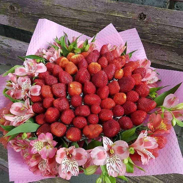 Весенний букет из клубники и альстормерии