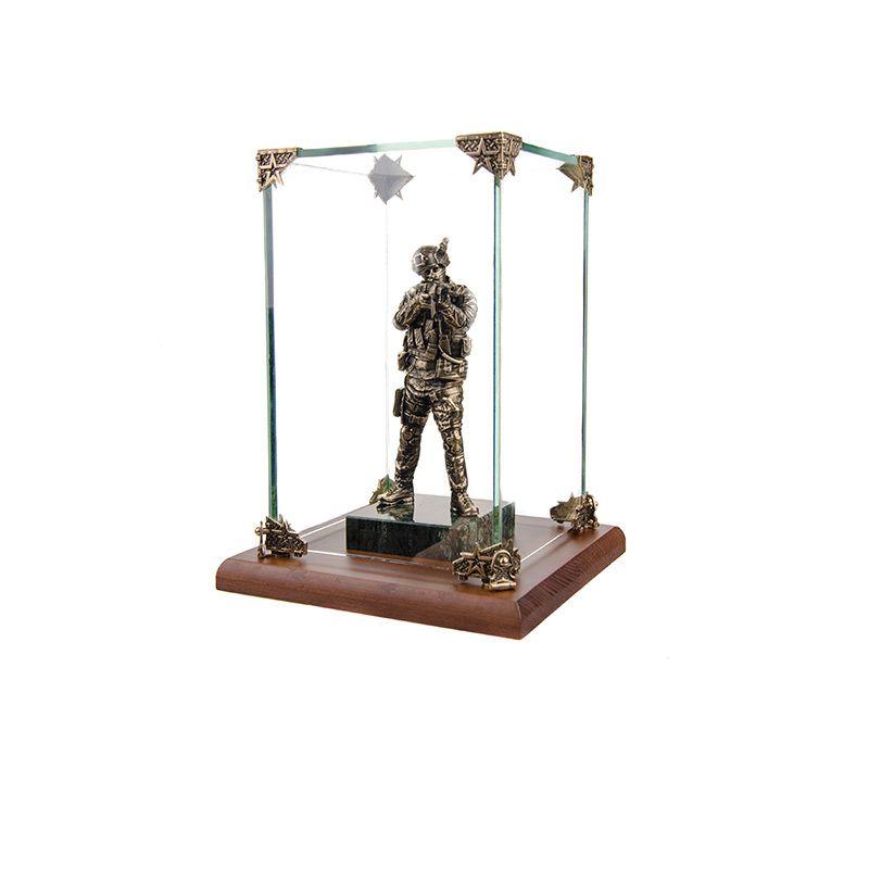"""Статуэтка """"Спецназовец на камне"""" в стеклянной коробке"""
