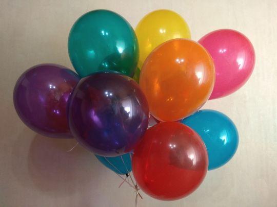 Ассорти ярких прозрачных шаров с гелием