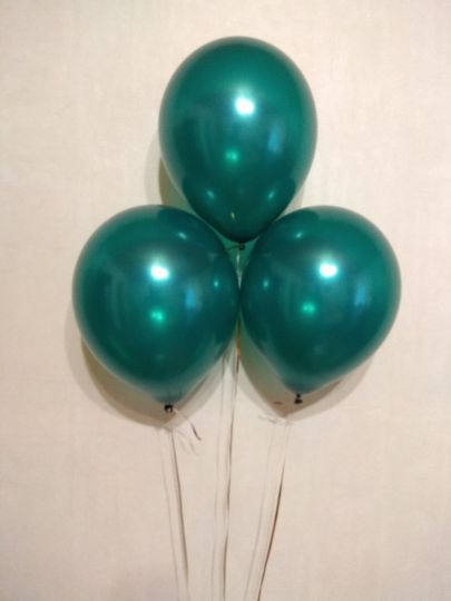 Еловый зелёный шар с гелием