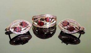Комплект позолоченных украшений - серьги и кольцо с искусственными гранатами (арт. 250151)