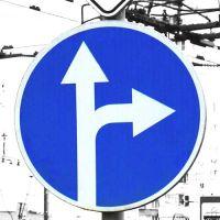 """Дорожный знак 4.1.4 """"Движение прямо или направо""""."""