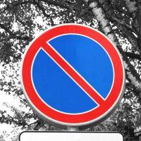 """Дорожный знак 3.28 """"Стоянка запрещена""""."""