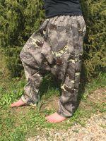 Оригинальные стильные унисекс штаны  в стиле милитари из камуфляжной ткани. Купить в Москве. Для мужчин и женщин