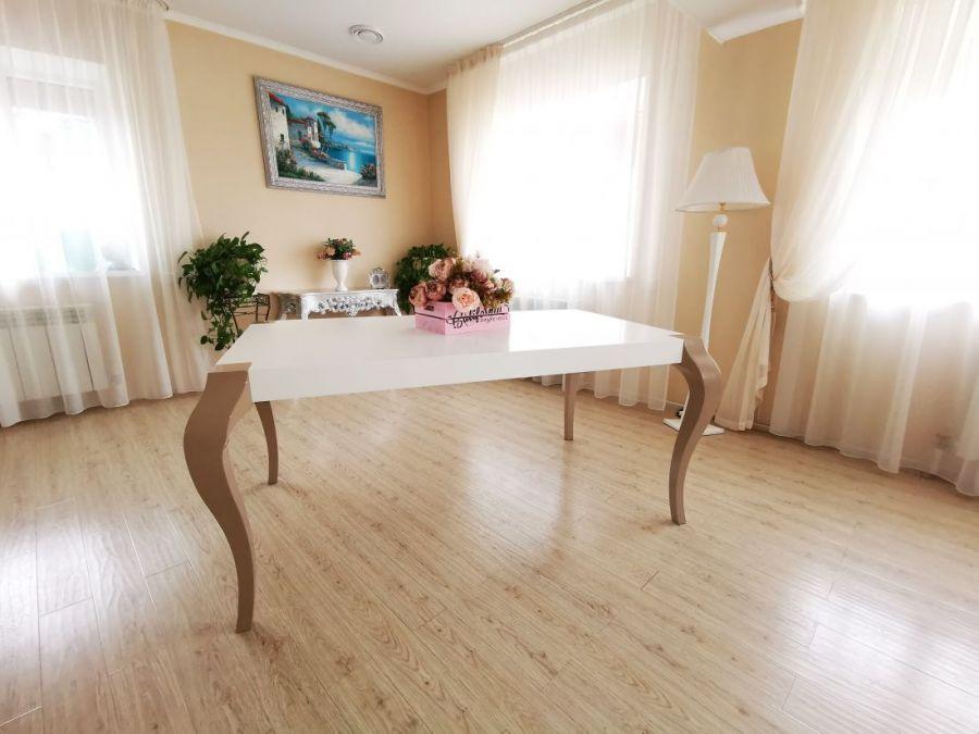 Стол прямоугольный «Quantum» (Квантум)  белый с ножками цвета Латте