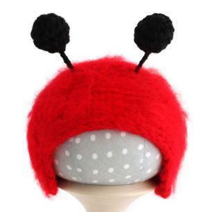 Вязаная шапочка для куклы Божья коровка