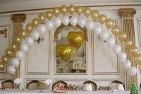 Шары с гелием, золото и белые на свадьбу