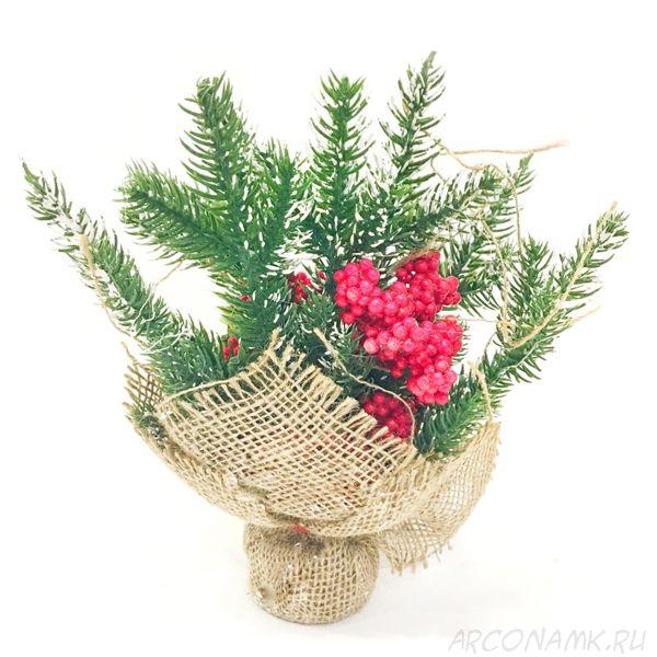 Новогодняя икебана из ели и ягод,с крупными гроздями рябины