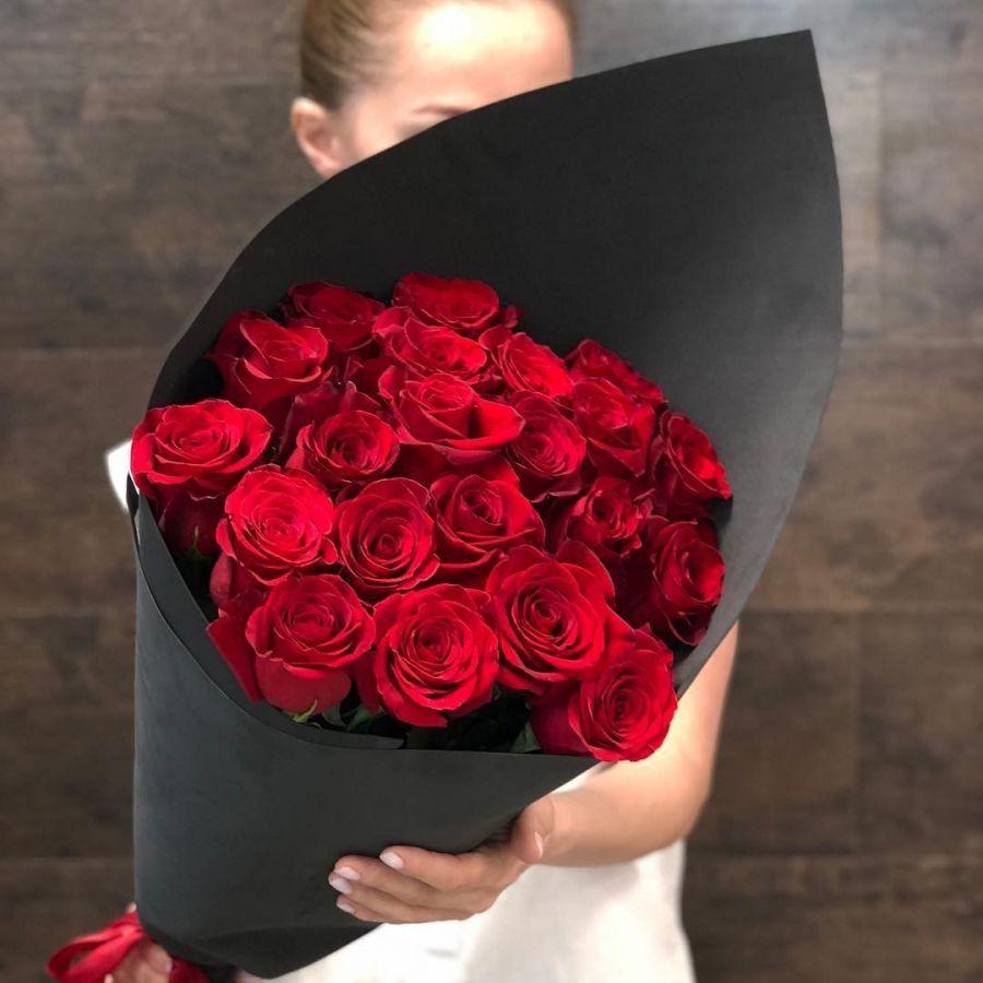 Букет 21 красная роза в чёрном крафте