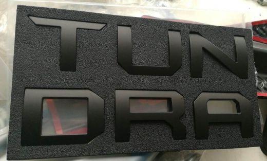 Наклейка логотип на задний борт крышки откидной Tundra Тундра