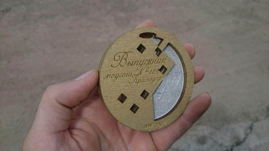 Деревянная медаль с покраской