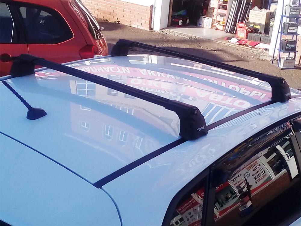 Багажник на крышу Hyundai i30, hatchback, Turtle Air 3, аэродинамические дуги в штатные места (черный цвет)