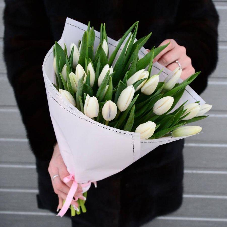 19 белых тюльпанов в упаковке