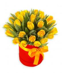 25 тюльпанов в шляпной коробке