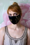 Многоразовая маска с золотистым рисунком.