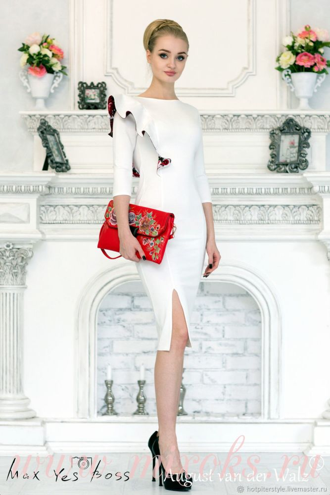 Белое платье с воланом на плече