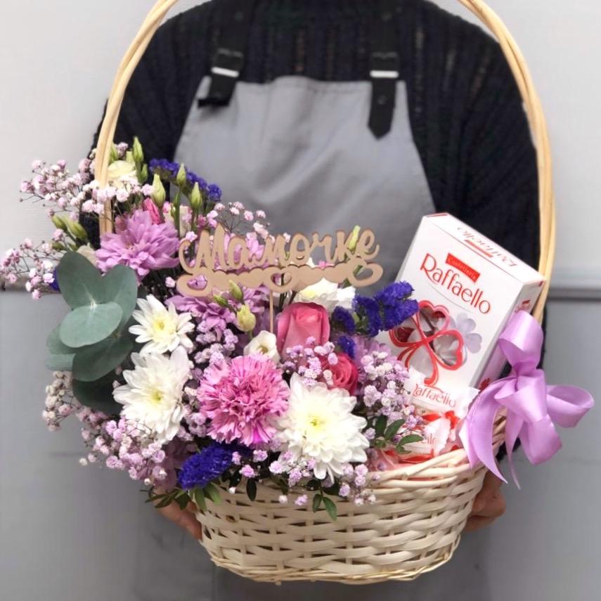 Корзина с цветами и рафаэлло