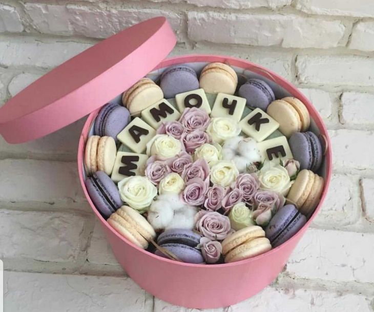 Коробочка  из макарун и шоколадных букв
