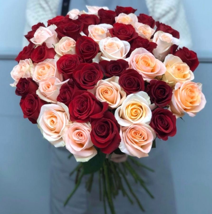 51 роза Эквадор 50 см красно-персиковый микс