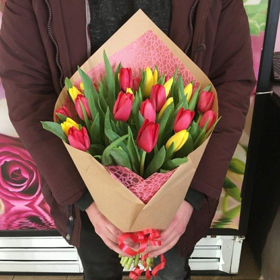 21 желто-красный тюльпан в красивой упаковке
