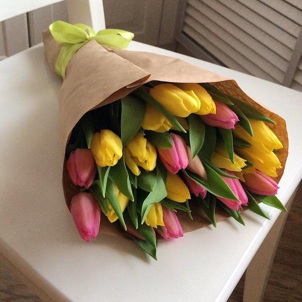 21 желто-розовый тюльпан в крафт бумаге