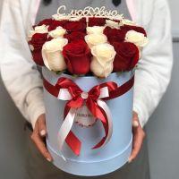 25 бело-красных роз в шляпной коробке с топпером