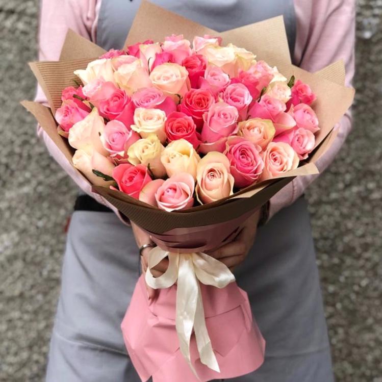 45 кенийских роз микс в крафт бумаге