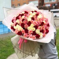 101 роза микс 60 см в красивой упаковке