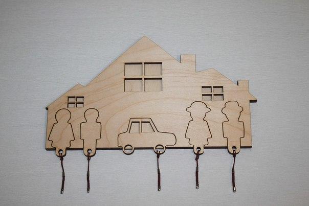 Ключница семья с машиной из натурального дерева