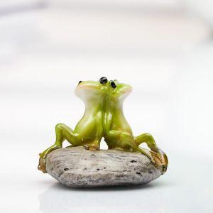 Сувенир 2 лягушонка на камушке 3,7х3х5 см 1740254