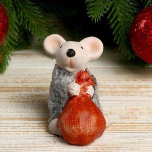"""Сувенир керамика """"Мышонок в серой шубке тащит мышок"""" 7,5х5,2х7,3 см   4169295"""