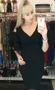 Черное эффектное коктейльное платье с воланами на плечах