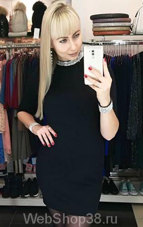 Черное короткое облегающее платье со стразами на горловине