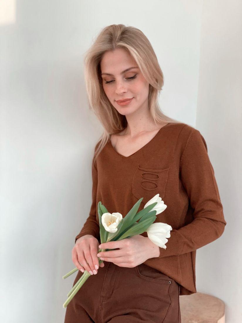s3782 Пуловер с декоративным кармашком коричневый