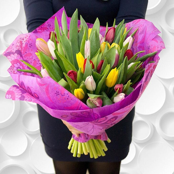 35 тюльпанов микс в красивой упаковке