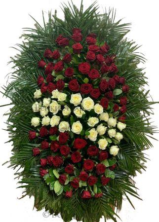 Фото Ритуальный венок из живых цветов #26 красно-белые розы и хвоя
