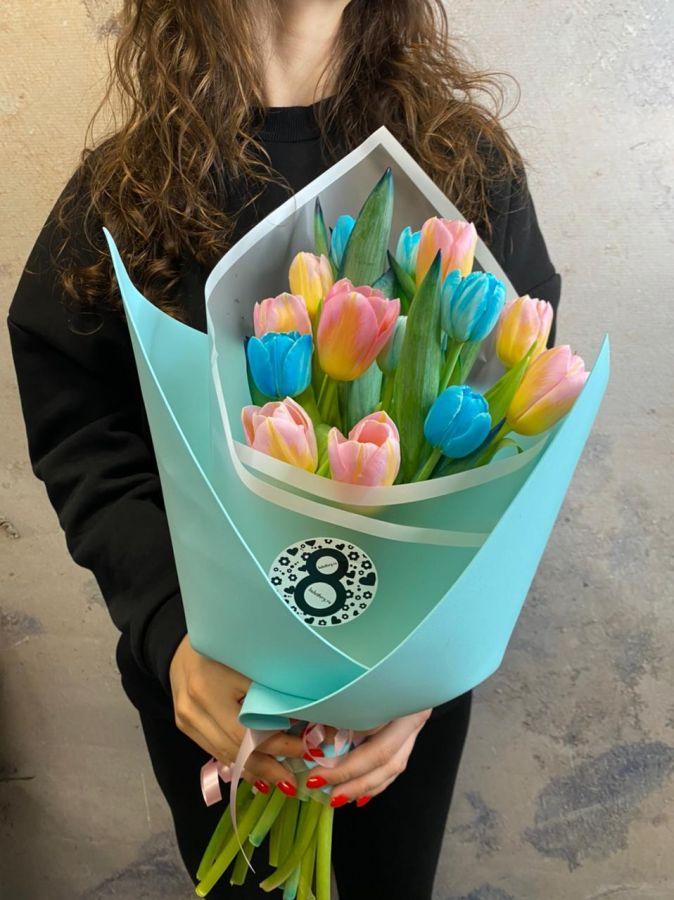15 голубых и розовых тюльпанов