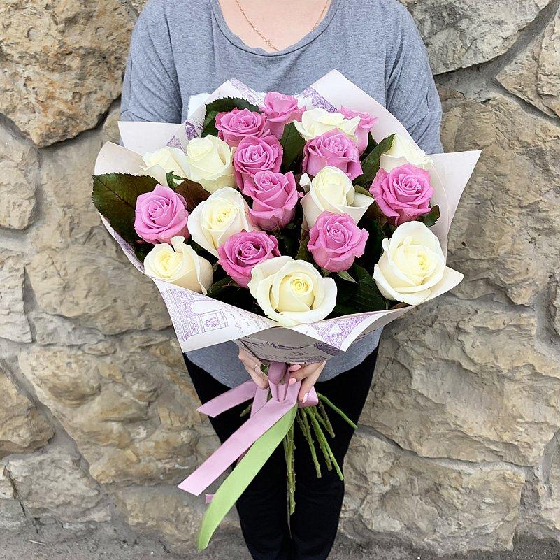 Букет из белых и фиолетовых роз 19 шт