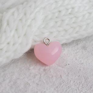 Кукольный аксессуар - Бусина-подвеска сердечко розовое