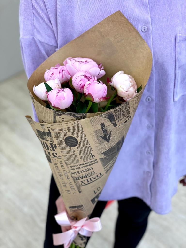 Букет из 7 пионов розовых в упаковке