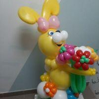 Фигура из шаров Заяц  жёлтый с цветами